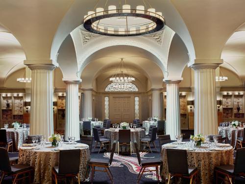 Un restaurante o sitio para comer en Kimpton Hotel Monaco Washington DC