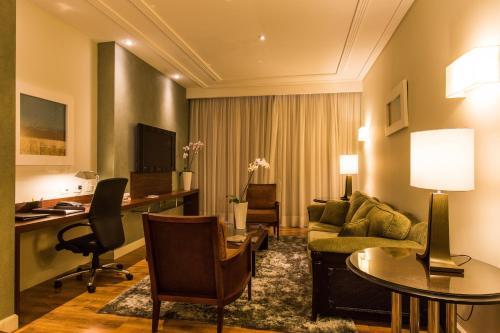 A seating area at Radisson Hotel Curitiba