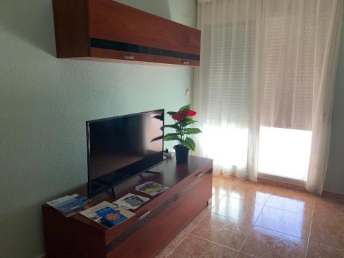 Una televisión o centro de entretenimiento en Apartamento 3 habitaciones para 6 personas con calefacción central y wifi