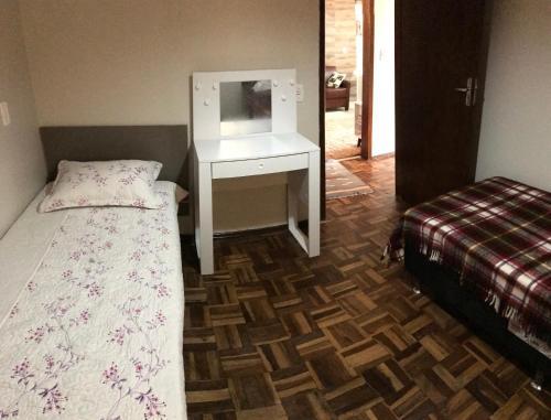 A bed or beds in a room at Apê completo com suíte, sacada e garagem fechada