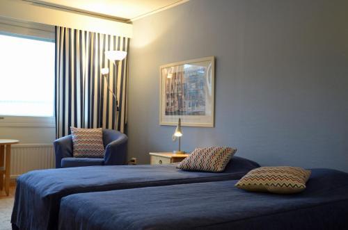 Säng eller sängar i ett rum på Hotell Kusten