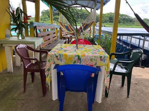 A restaurant or other place to eat at Tortuguero Hostel & Backpackers