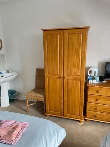 A bed or beds in a room at Alderlea House