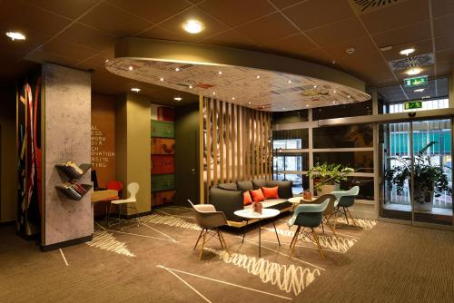 The lobby or reception area at Ibis Budapest City
