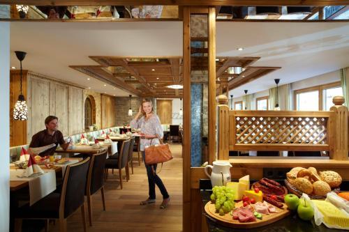 Ein Restaurant oder anderes Speiselokal in der Unterkunft Hotel am Römerweg