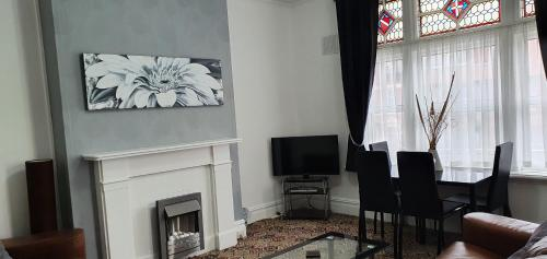 A television and/or entertainment centre at Norwyn Court Holiday Apartments