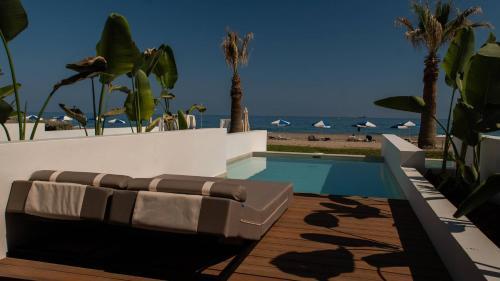 Ein Blick auf den Pool von der Unterkunft Iperion Beach Hotel oder aus der Nähe