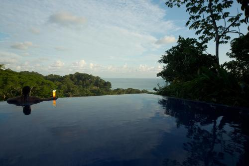 Piscina en o cerca de TikiVillas Rainforest Lodge - Adults Only