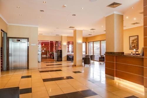 Hol lub recepcja w obiekcie Premium Hotel Bacero Wrocław