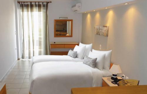 Łóżko lub łóżka w pokoju w obiekcie Hotel Arethousa
