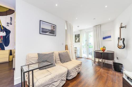 A seating area at Queensland Modern One Bedroom Apartment with Private Terrace