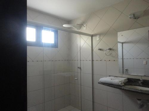 A bathroom at Hotel Enseada Maracajaú