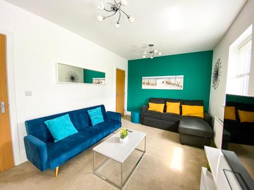 Knights House with FREE Parking and Netflix! Perfect for Contractors, Families & Groups by Yoko Property
