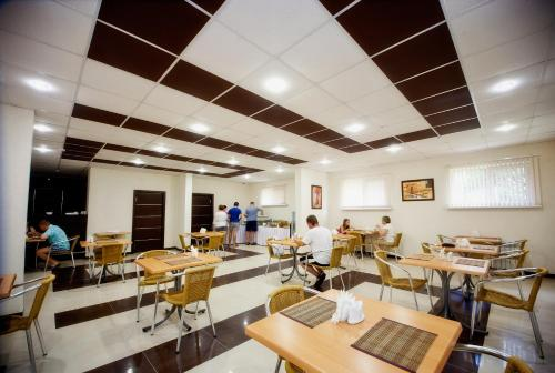 A restaurant or other place to eat at Favorit Hotel