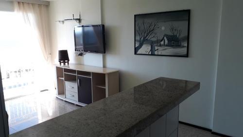 A television and/or entertainment centre at Apartamento praia de iracema