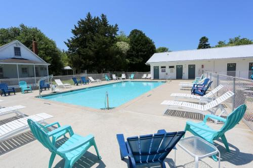 The swimming pool at or near Long Acres Motel & Cottages