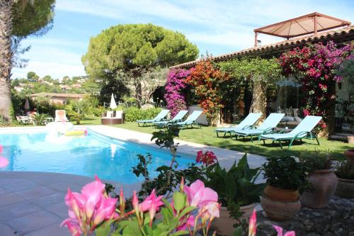 The swimming pool at or close to La Villa Topi