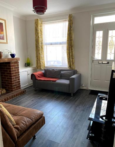 Ferndale House-Huku Kwetu Luton - 3 Bedroom House- Sleeps Up to 6 Pax Incl Loft Room