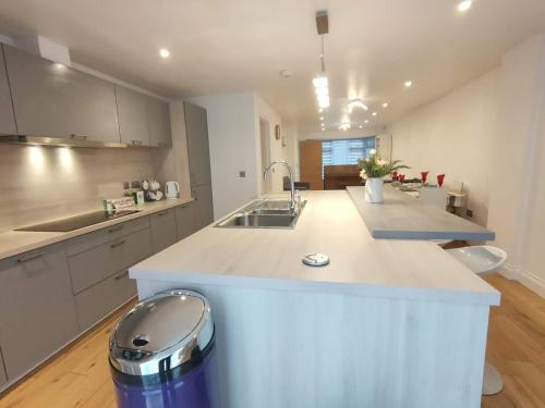 Katie 3Bed2Bath Modern Family Home with Parking and Garden
