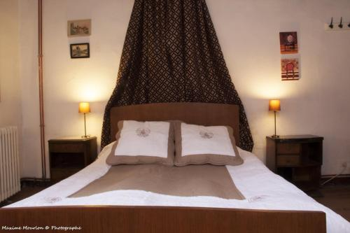 A bed or beds in a room at Chateau Rosans