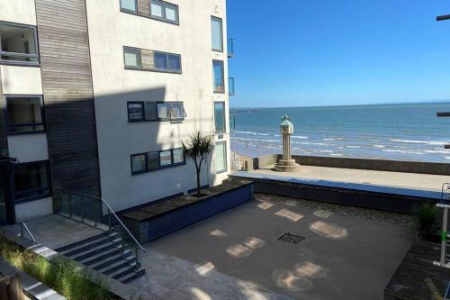 Beachfront Lovely Contemporary Apartment