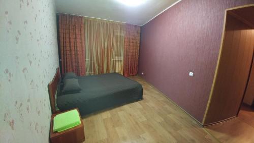 Кровать или кровати в номере Apartments on Ryabikova