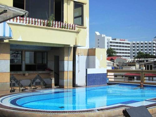 Бассейн в AA Hotel Pattaya или поблизости