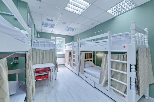 Двухъярусная кровать или двухъярусные кровати в номере Гостевой дом Полянка