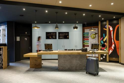 The lobby or reception area at ibis Luzern Kriens