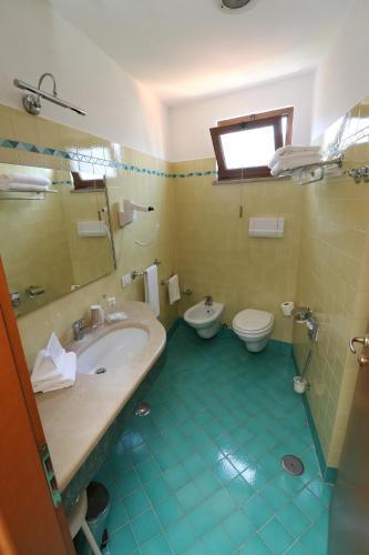 A bathroom at Hotel Tourist