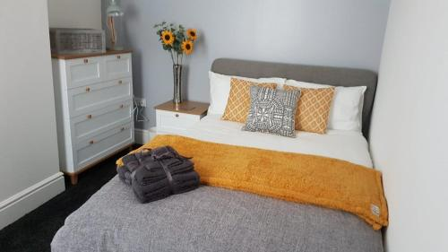 A bed or beds in a room at Townhouse @ Birches Head Road Stoke