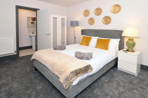 A bed or beds in a room at Townhouse PLUS @ London Road Stoke