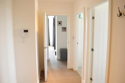 Deluxe 2 Bedroom St Albans Apartment - Free WiFi & Parking