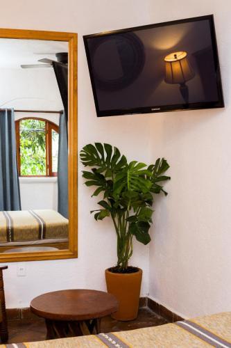 Una televisión o centro de entretenimiento en Casa de Adobe