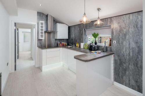 A kitchen or kitchenette at Harringay - Luxurious 2 Bedroom Garden Serviced Apartment