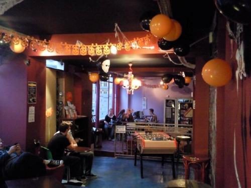 El salón o zona de bar de Le Montclair Montmartre by River