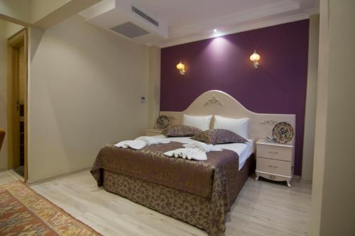 A bed or beds in a room at Reyyan Hotel