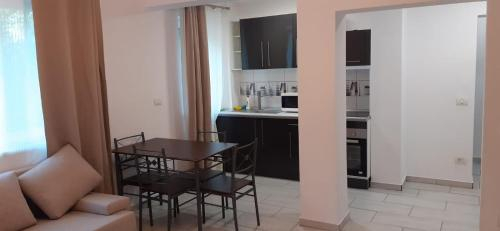 A kitchen or kitchenette at APARTAMENT ZONA HOTELIERA 3 CAMERE WIFII , AER CONDITIONAT Baile Herculane