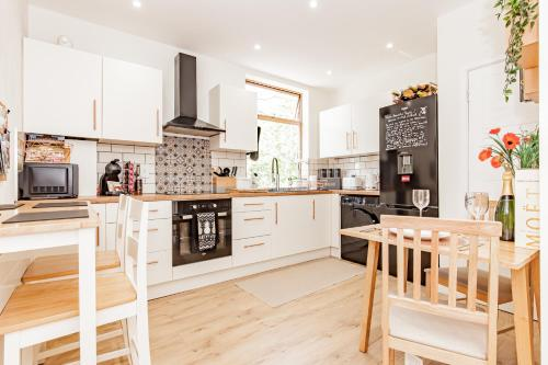 A'nB OXFORD - LOCATION LOCATION LOCATION!! Contemporary 2-bed FLAT with private lock-up parking in CENTRAL OX1