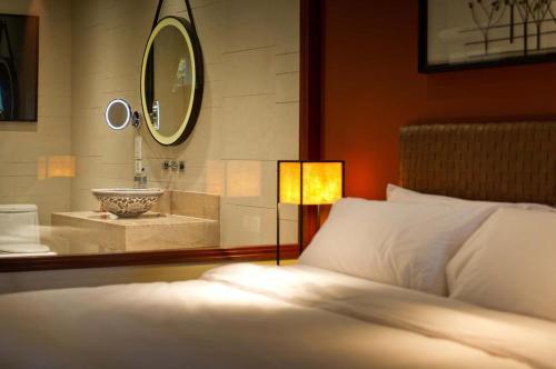 حمام في فندق كراون بلازا بوكيت بانوا بيتش