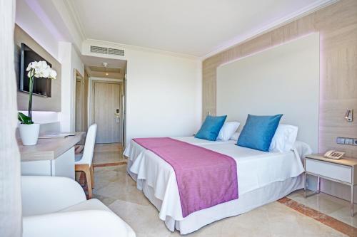 Een bed of bedden in een kamer bij Grupotel Acapulco Playa - Adults Only