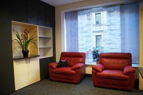 A seating area at Das Falk Apartmenthaus