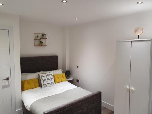 A bed or beds in a room at Wildly interesting. 1 bedroom serviced apartment