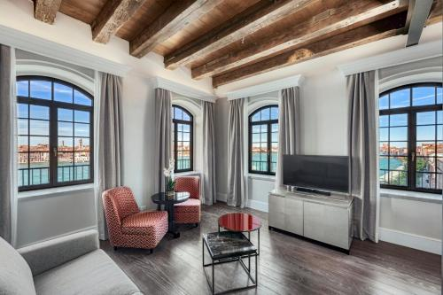 Uma área de estar em Hilton Molino Stucky Venice