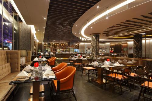A restaurant or other place to eat at Crowne Plaza Kunming City Centre