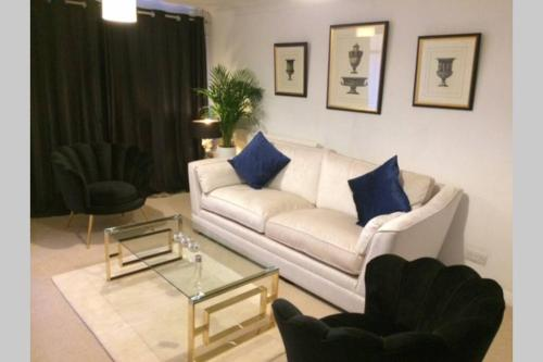 Boutique style 2 bedroom house with links to London and Gatwick