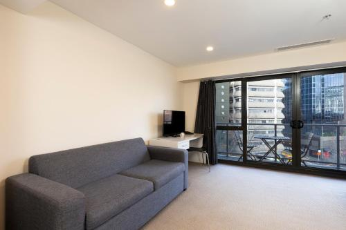 A seating area at Hotel Grand Chancellor - Auckland City