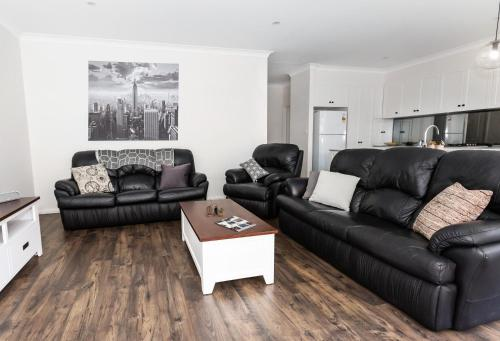 A seating area at 4 Bedroom Inner City Townhouse - SLEEPS 9 !!