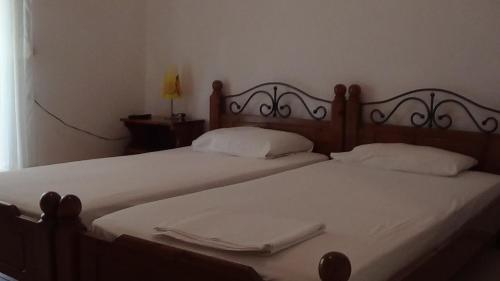 Ένα ή περισσότερα κρεβάτια σε δωμάτιο στο Mouroukis Rooms