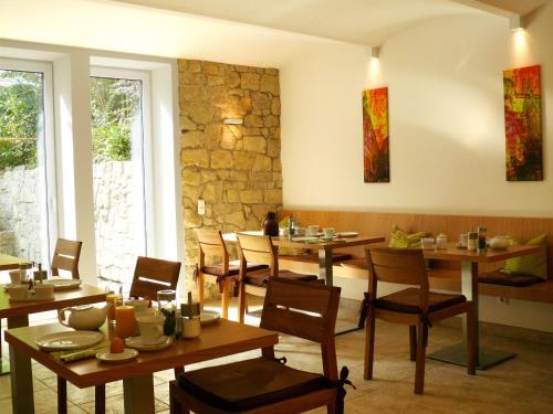 Ein Restaurant oder anderes Speiselokal in der Unterkunft Villa Am Park